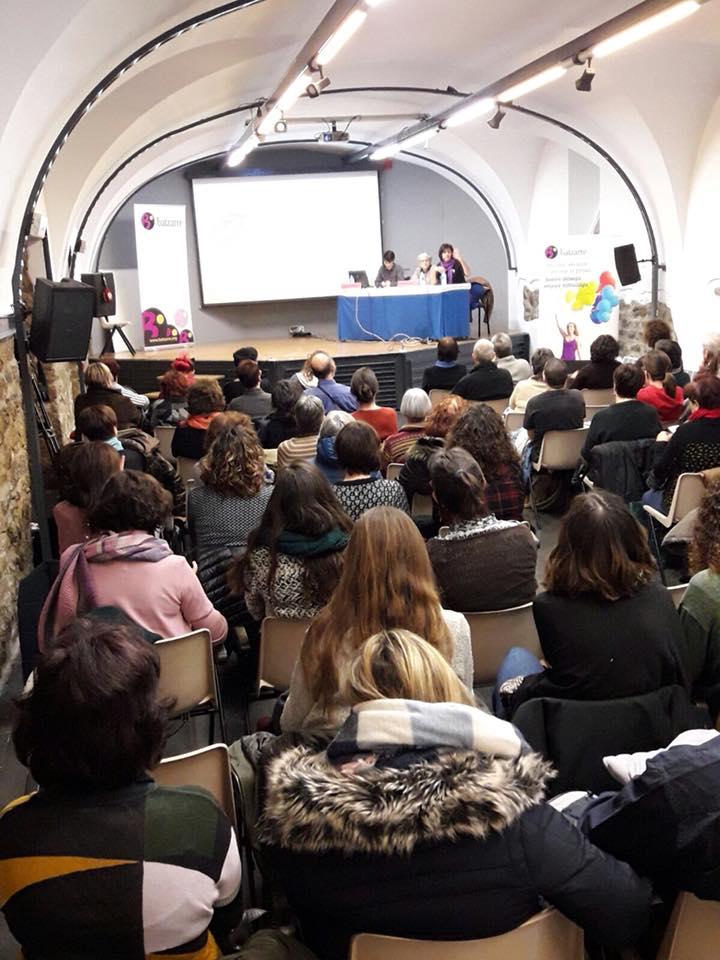 La Sala Calderería llena escuchando la conferencia sobre gestación subrogada.