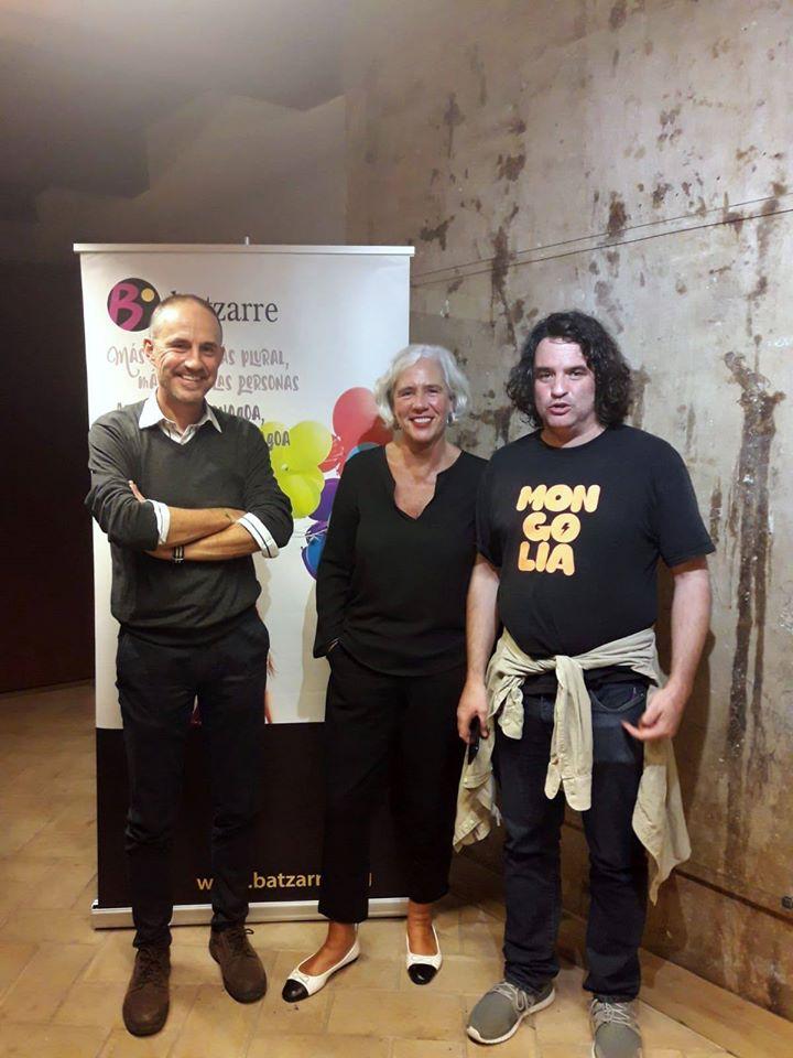 Los ponentes junto con Mikel Muez, periodista y moderador de la charla.